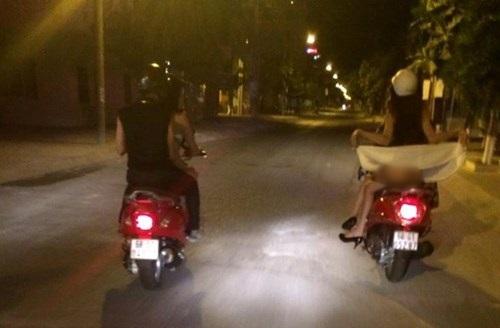 Thiếu nữ cười đùa, tốc váy trên phố Sài Gòn khiến dân mạng