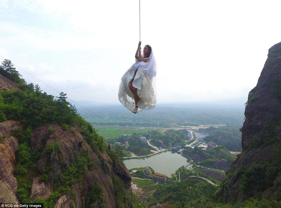 Cặp đôi chụp ảnh cưới ở độ cao 200m gây sốc 2