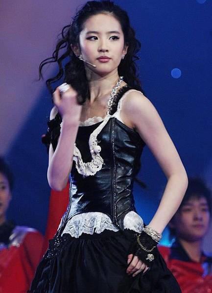 Hình ảnh gợi cảm năm 18 tuổi của Lưu Diệc Phi khiến fan ngỡ ngàng 5