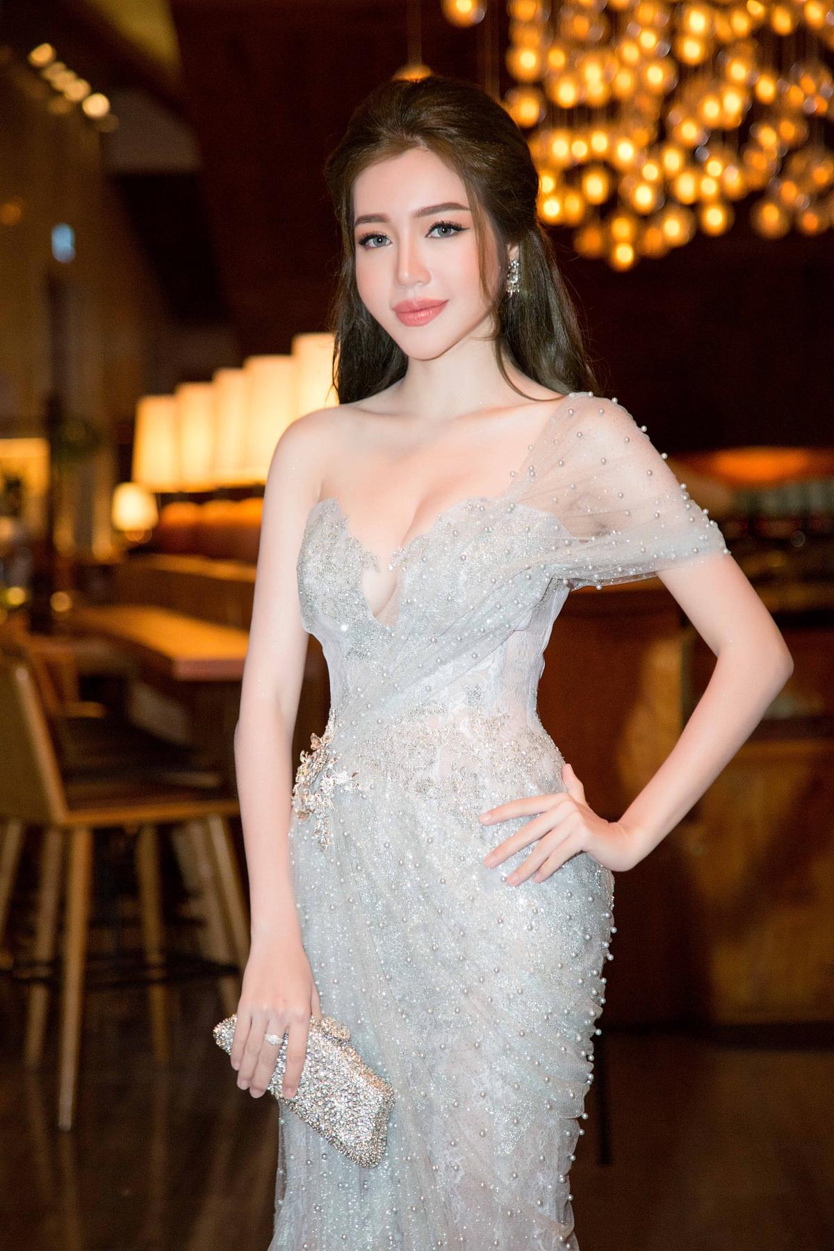 Elly Trần khoe số đo ba vòng hoàn hảo sau thời gian dài vắng bóng 1