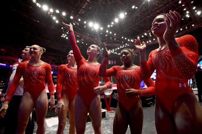 5 cô gái tuyển Olympic Mỹ sở hữu set đồng phục đính pha lê gần 300 triệu 1