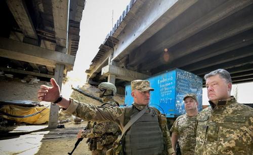 Tổng thống Ukraine lệnh cho quân đội gần Crimea sẵn sàng chiến đấu 1