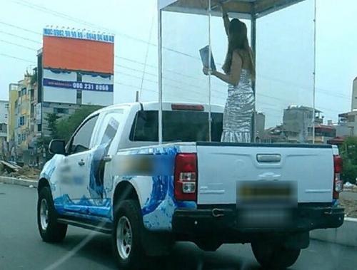 Hà Nội: Đưa chân dài vào lồng kính diễu phố bị phạt 6 triệu đồng 1