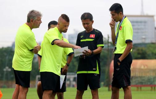Hình ảnh HLV Hoàng Anh Tuấn loại 3 cầu thủ U19 Việt Nam số 2