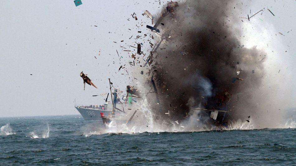 Indonesia đánh chìm hàng loạt tàu cá trái phép để kỷ niệm quốc khánh 1
