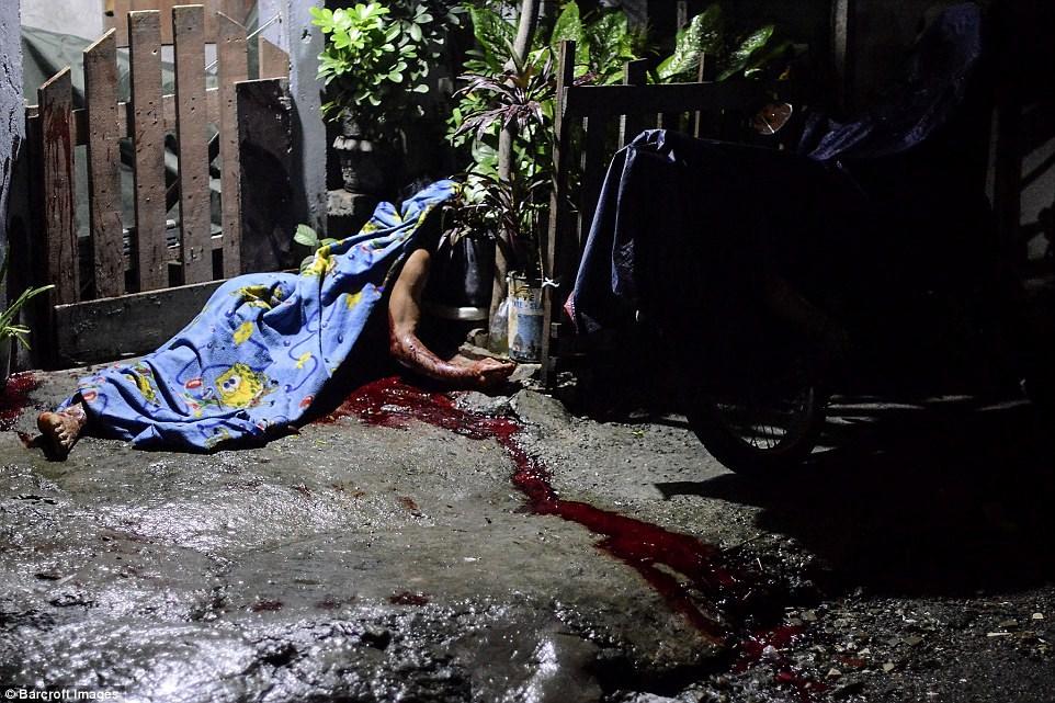 Những thi thể đẫm máu của tội phạm ma túy trên đường phố Philippines 3