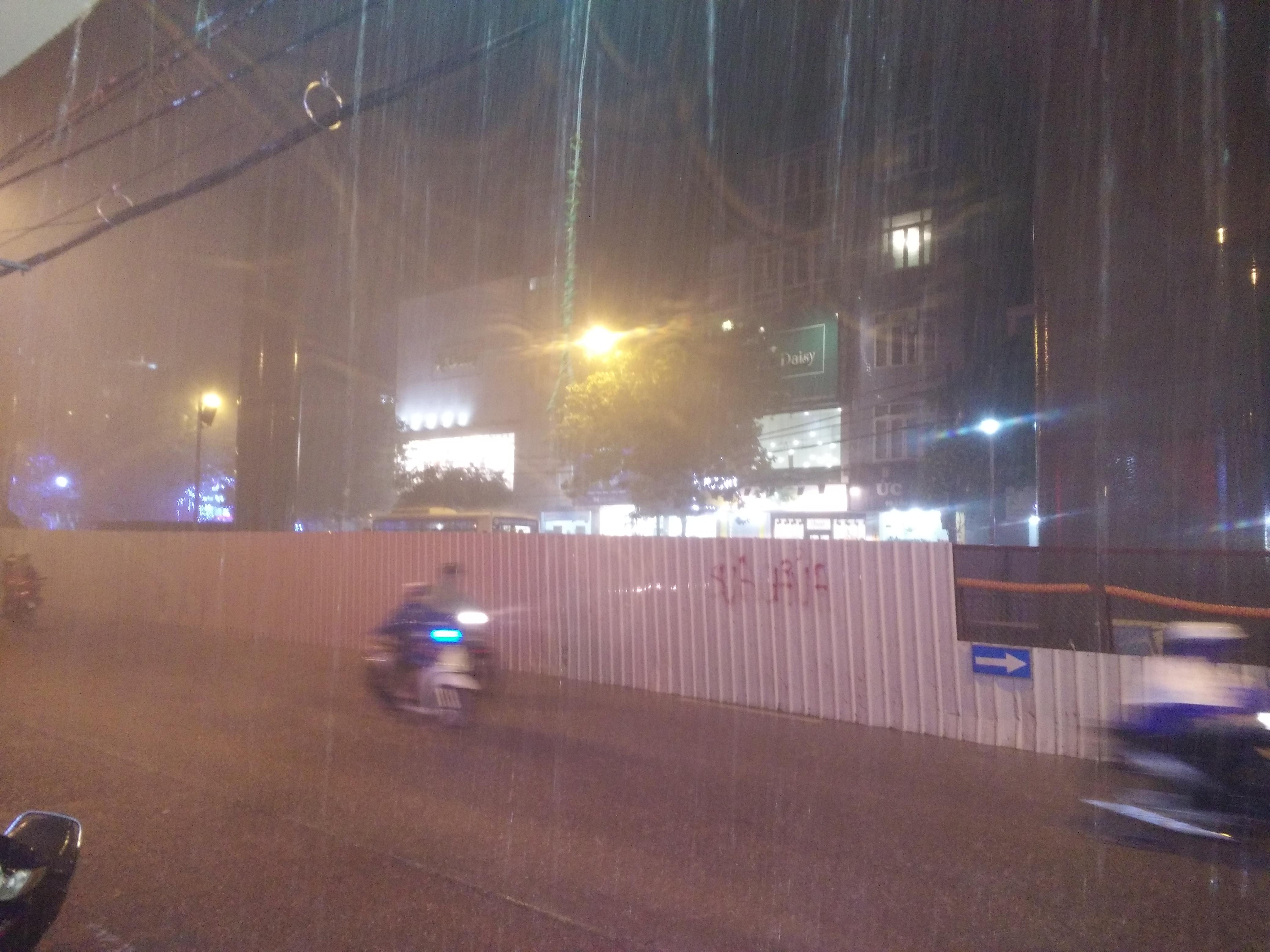 Bão Thần sét đã gây mưa dông, sấm chớp tại Hà Nội 2