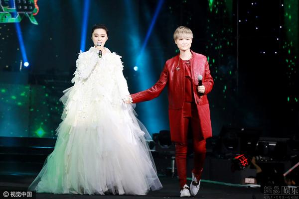 Phạm Băng Băng nắm tay tình tứ với Lý Vũ Xuân, bỏ rơi bạn trai 2