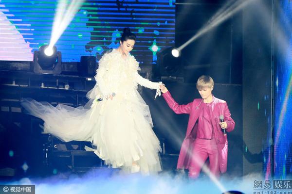 Phạm Băng Băng nắm tay tình tứ với Lý Vũ Xuân, bỏ rơi bạn trai 3