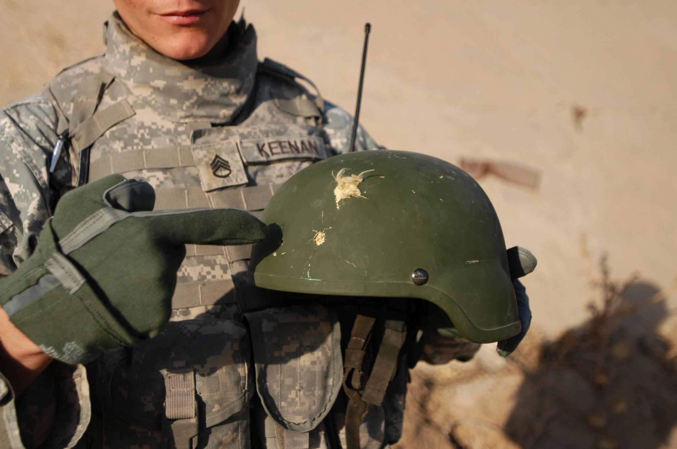Lính Mỹ hoang mang vì mũ chống đạn chất lượng kém 1