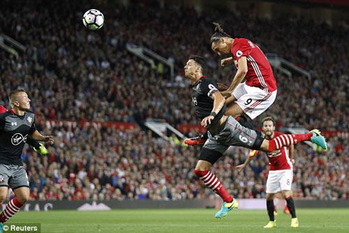 Ibrahimovic lập cú đúp, làm lu mờ