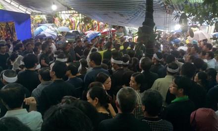 Hàng ngàn người xếp hàng, đội mưa đưa tiễn Bí thư Tỉnh ủy Yên Bái 1