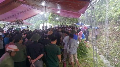 Hàng ngàn người xếp hàng, đội mưa đưa tiễn Bí thư Tỉnh ủy Yên Bái 2