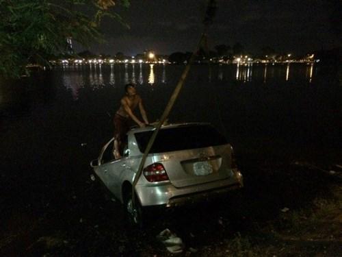Xe Mercedes lao xuống hồ Trúc Bạch như phim hành động 1