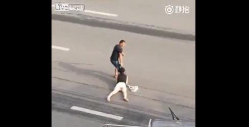 Video: Thanh niên túm tóc, kéo lê cô gái trẻ qua đường gây sốc 1