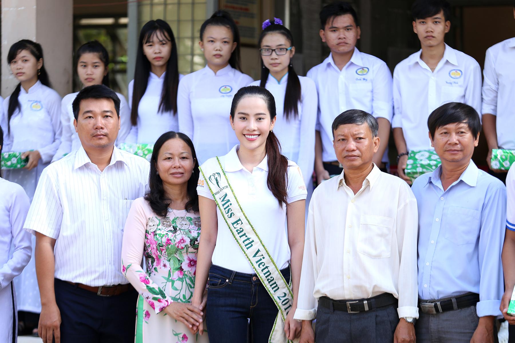 Hoa khôi Nam Em giản dị về thăm trường cũ 2
