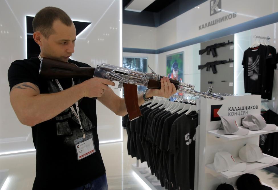 Sân bay Moscow công khai bán Ak-47 và súng lục Kalashnikov 3