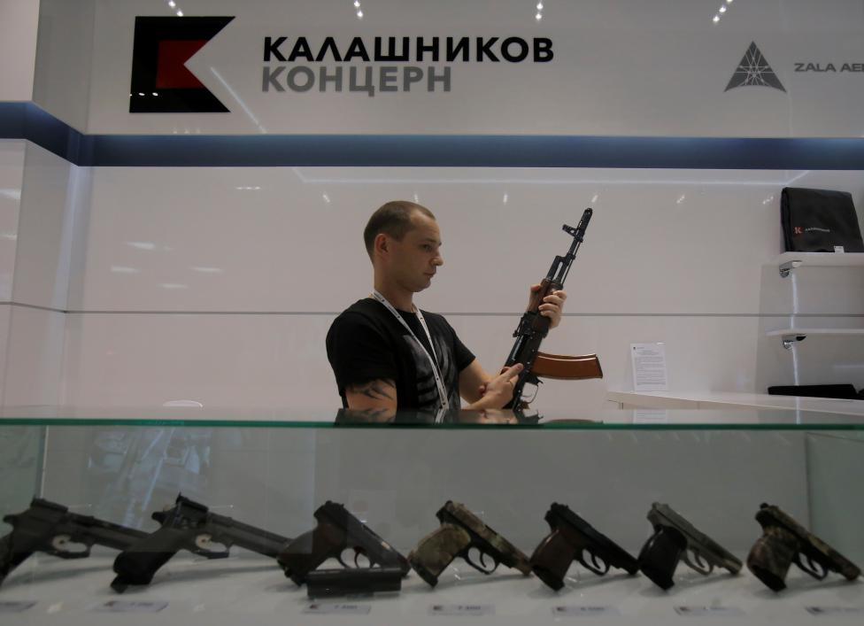 Sân bay Moscow công khai bán Ak-47 và súng lục Kalashnikov 2