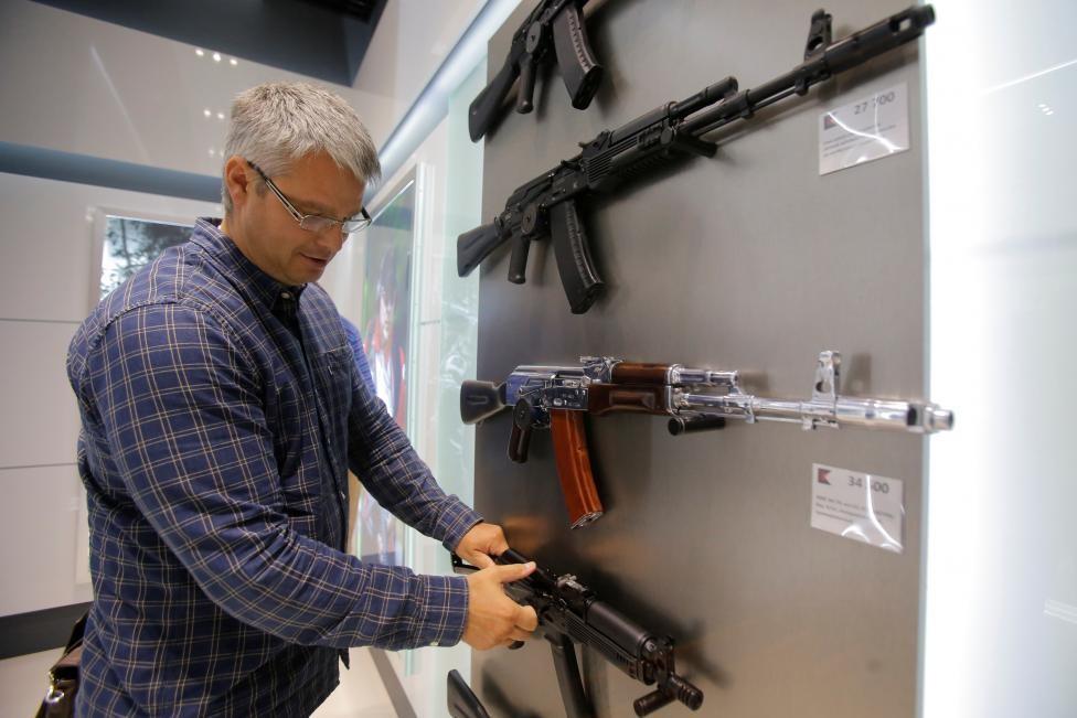 Sân bay Moscow công khai bán Ak-47 và súng lục Kalashnikov 1