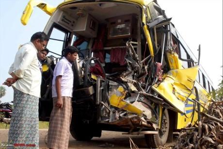 Tin tai nạn giao thông mới nhất ngày 23/8: Xe tải chở hóa chất bốc cháy dữ dội 1