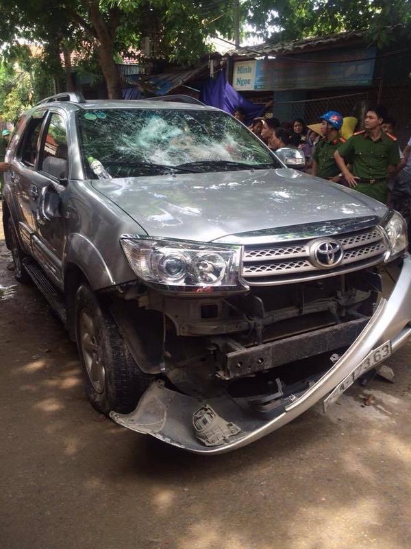 Người dân chặn xe, đập vỡ kính ô tô vì nghi bắt cóc trẻ con 1