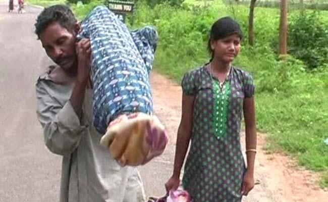 Video người đàn ông vác xác vợ hơn 10km từ bệnh viện về nhà  1