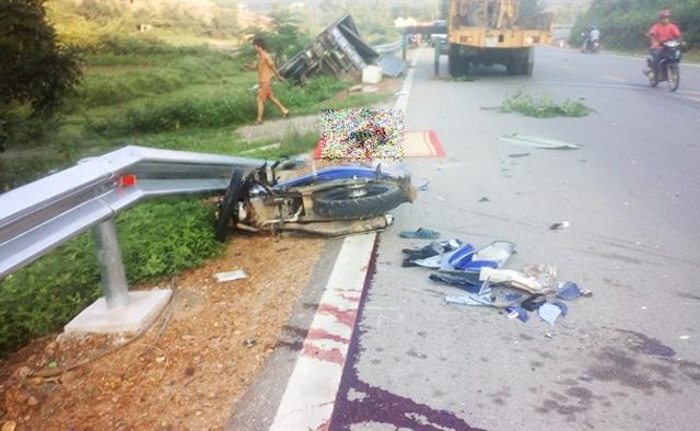 Tin tai nạn giao thông mới nhất 27/8: 2 nữ sinh bò ra từ gầm xe tải 1