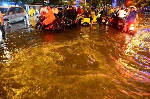 Sài Gòn ngập sâu, máy bay lòng vòng phải hạ cánh ở Cam Ranh 4
