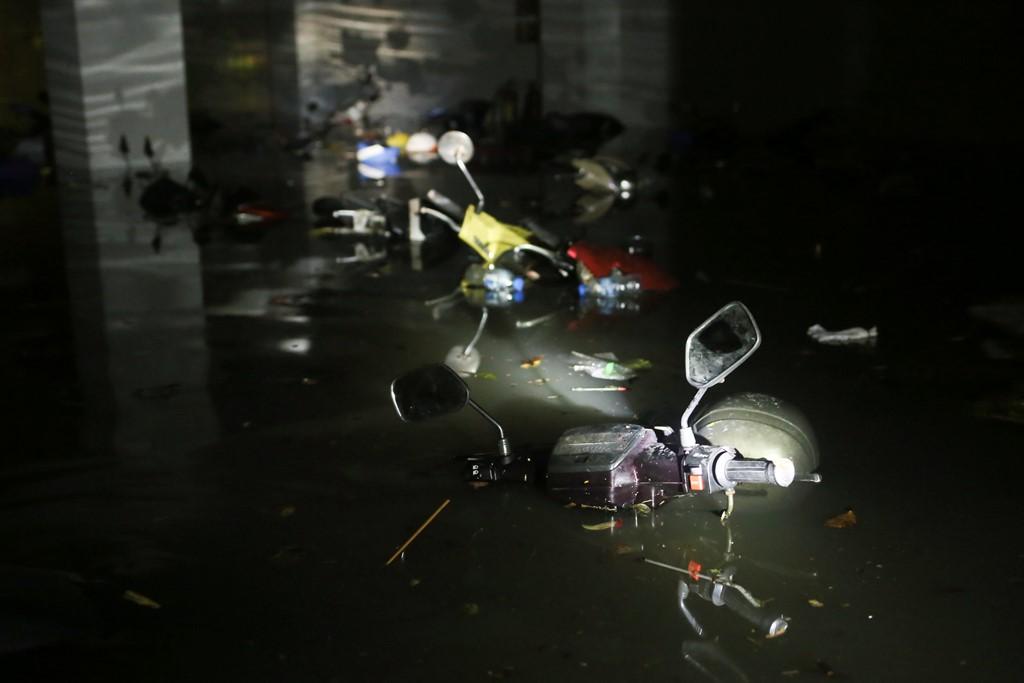 Sài Gòn ngập sâu, máy bay lòng vòng phải hạ cánh ở Cam Ranh 3