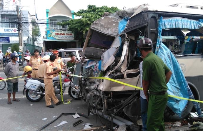 Tin tai nạn giao thông mới nhất ngày 29/8: Xe khách đâm sập nhà dân 1