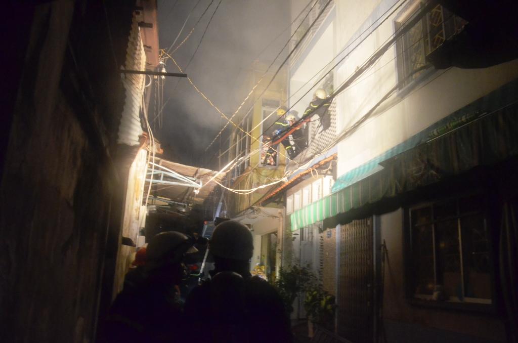TP HCM: Giải cứu mẹ con bé gái 4 tháng tuổi khỏi căn nhà đang cháy 1