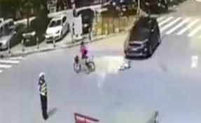 Mẹ chở bé gái ngã lộn nhào vì bị ôtô tông