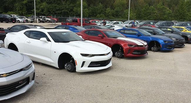 Toàn bộ bánh xe của 48 chiếc Chevrolet đã biến mất trong 1 đêm 1