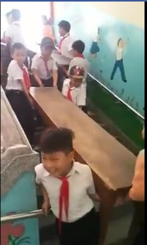 Phụ huynh phản ứng khi thấy con tiểu học khiêng bàn ghế đi cầu thang 4