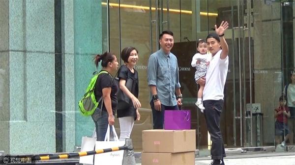 Dương Mịch lần đầu xuất hiện cùng con gái sau tin đồn bỏ rơi con 10