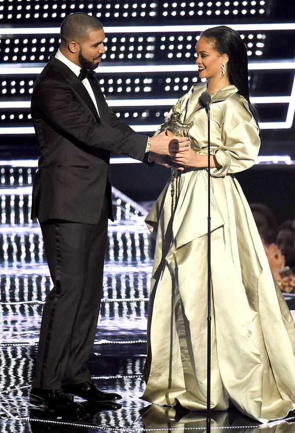 Sau 7 năm làm bạn, Drake đã tỏ tình với Rihanna trên sóng truyền hình 1