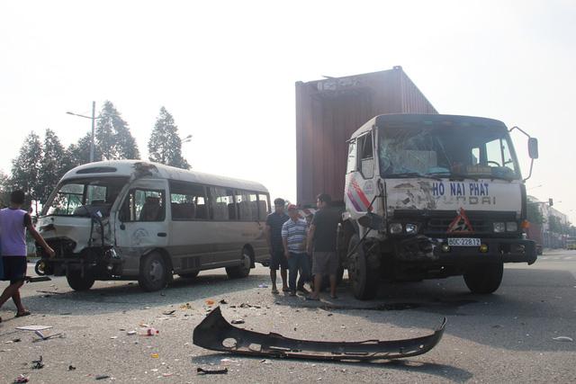 Tai nạn giao thông nghiêm trọng ở Bình Dương, 6 người bị thương 1