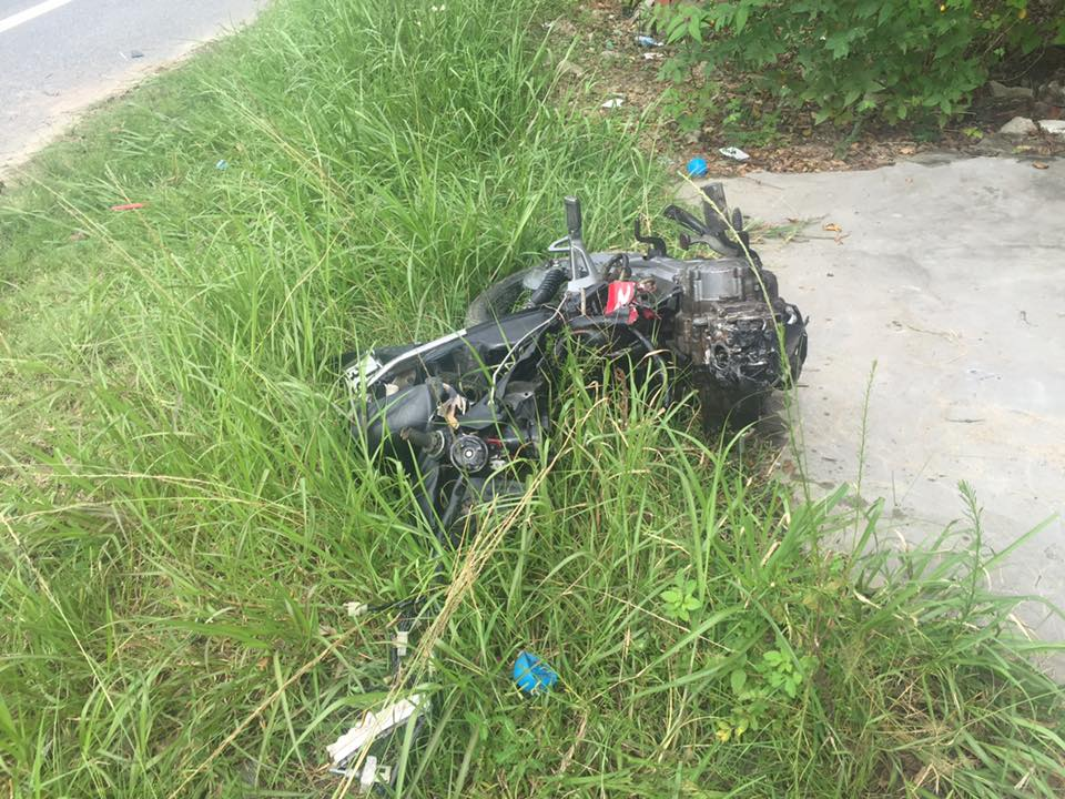 Va chạm giao thông: Lexus nát đầu, tài xế xe máy chết tại chỗ 3
