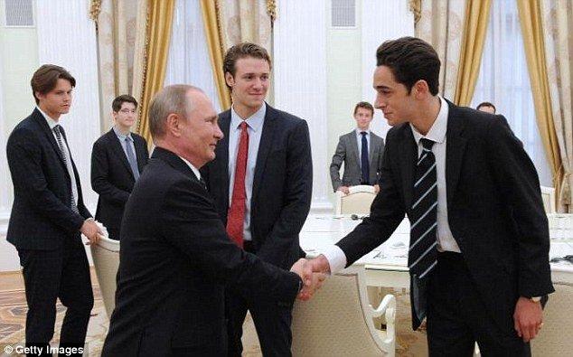 Tổng thống Putin bất ngờ gặp 11 nam sinh tại điện Kremlin 1