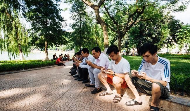 Người dân Hà Nội háo hức trải nghiệm Wi-Fi miễn phí quanh khu vực hồ Gươm 5