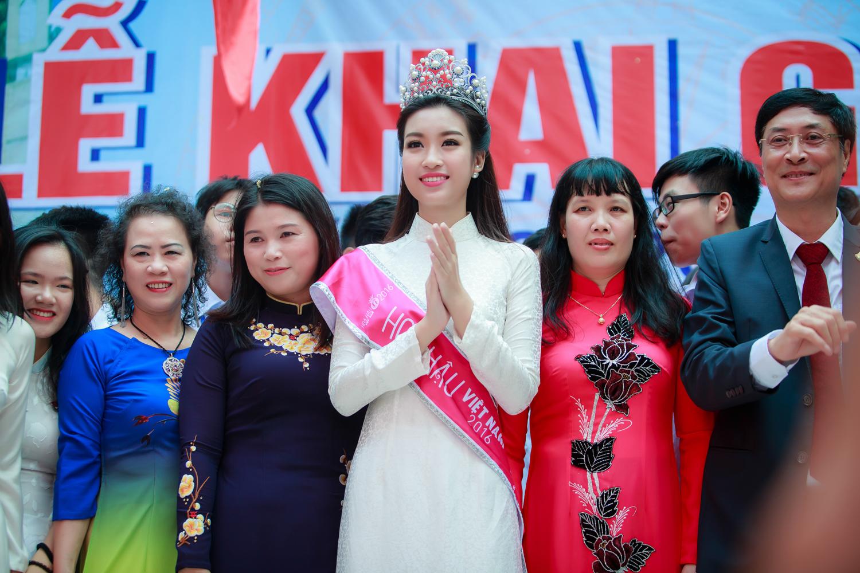 Tân Hoa hậu Đỗ Mỹ Linh rạng ngời về dự lễ khai giảng trường cũ 3
