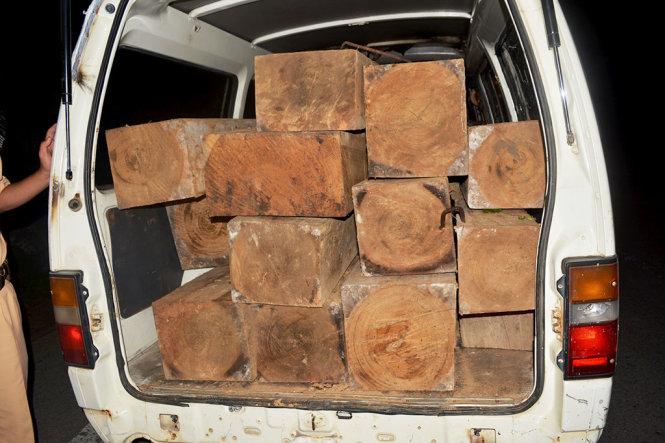 CSGT rượt đuổi như phim hành động truy bắt xe khách chở gỗ lậu  1