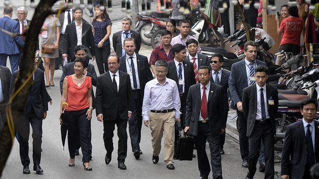 Video: Tổng thống Pháp dạo phố cổ, uống cà phê Hà Nội 1