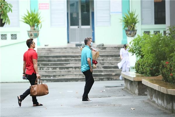 Minh Thuận khóc và viết chữ Đàm Vĩnh Hưng khi Mr Đàm vào thăm 2
