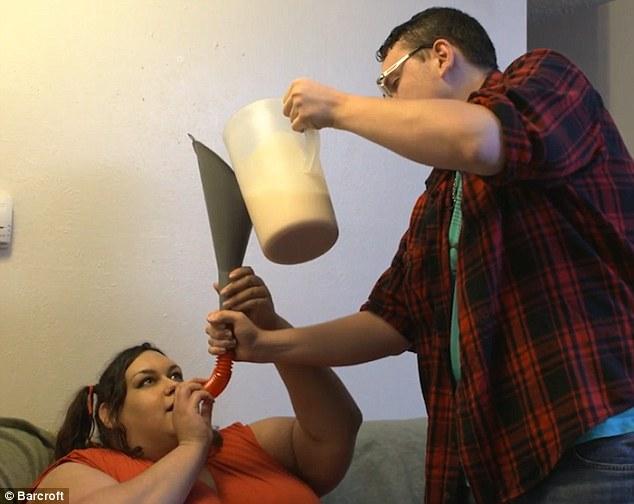 Chàng trai quyết tâm chăm cho bạn gái đến khi béo nhất thế giới 3