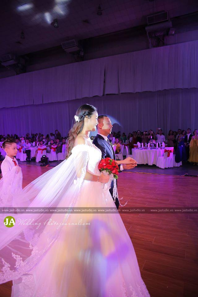 Đám cưới hoành tráng của Chí Anh và cô dâu kém 20 tuổi 5