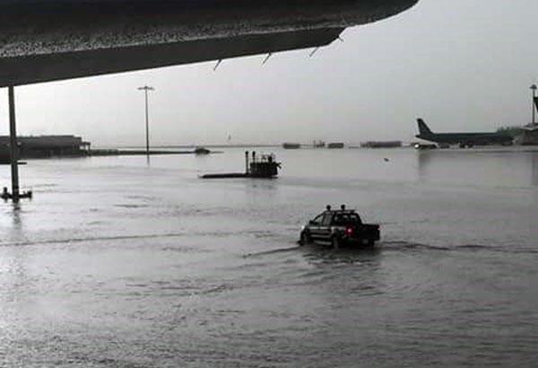 Sân bay Tân Sơn Nhất tiếp tục chìm trong bể nước vì mưa lớn kéo dài 2