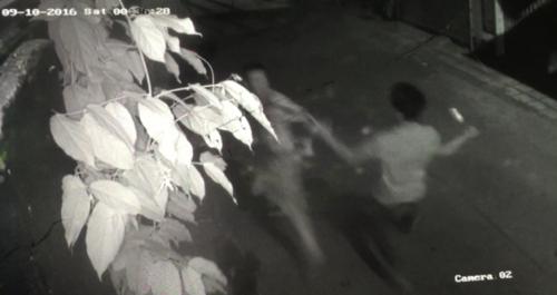 Video: Camera quay cảnh chủ tiệm sửa xe bị truy sát đến chết 1