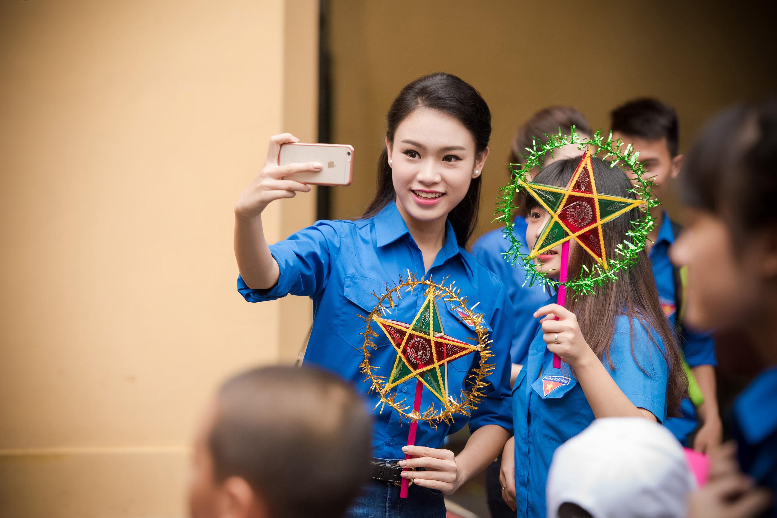 Người đẹp học giỏi nhất HHVN giản dị đi từ thiện cùng đàn chị 12