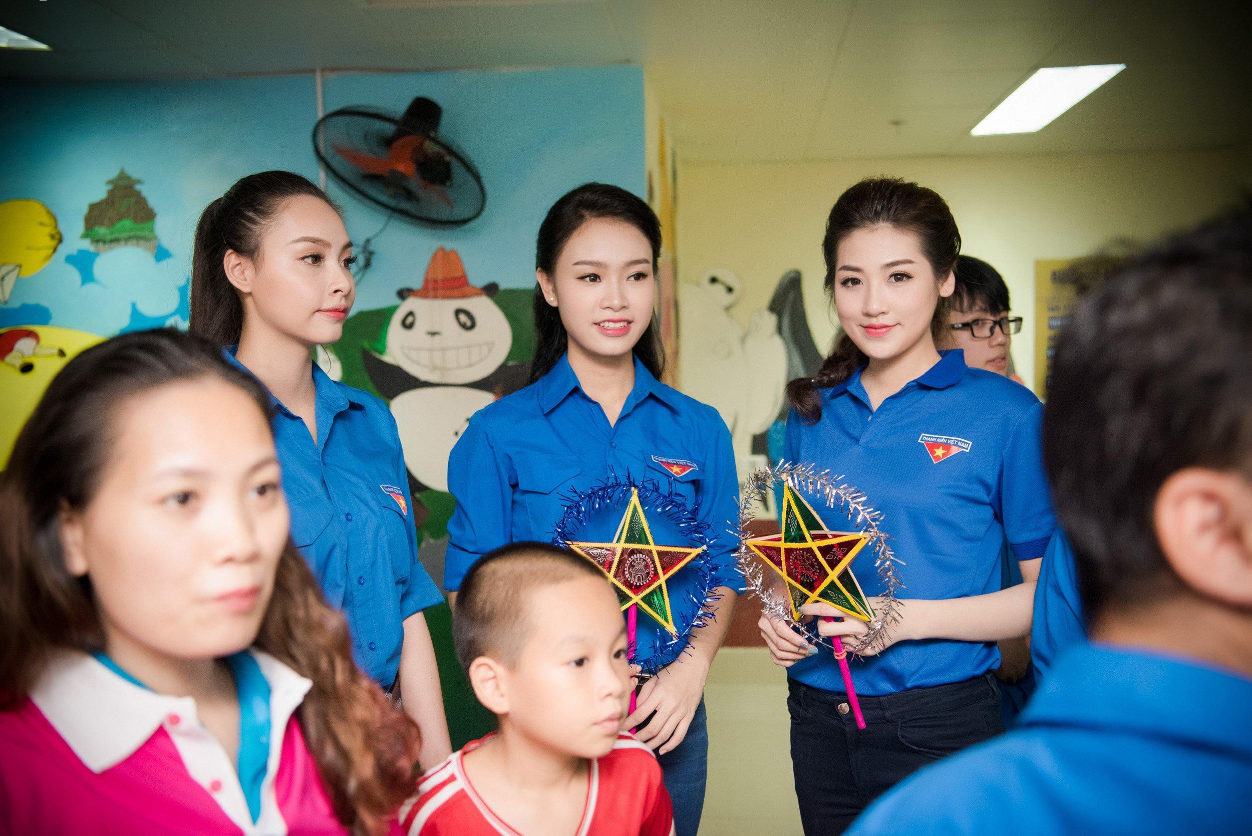 Người đẹp học giỏi nhất HHVN giản dị đi từ thiện cùng đàn chị 2